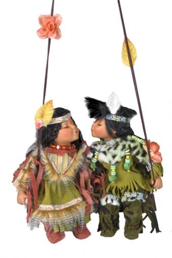 """Фарфоровые куклы Красный куб Набор кукол """"Влюбленные индейцы на качелях"""""""