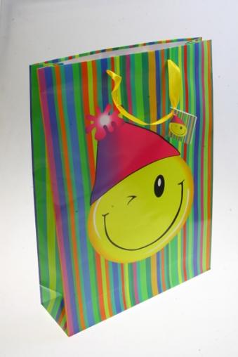 """Пакеты на любой повод Красный куб Пакет подарочный """"Смайлик в колпачке"""""""
