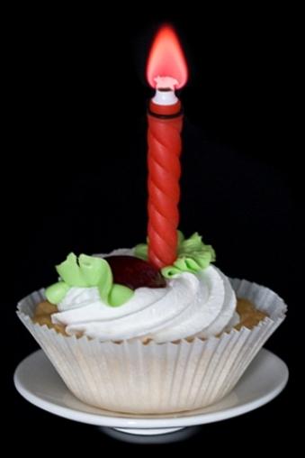 """Подарки на свадьбу/Молодоженам Красный куб Свеча для торта (горит разноцветным огнем) """"Сердечко"""""""